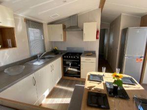 Cocina y comedor de la Mobil Home Willerby Timanfaya 2 habitaciones